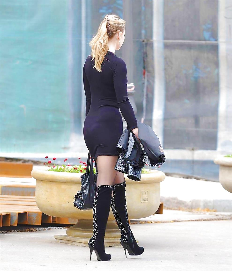 в юбках и колготках на улицах